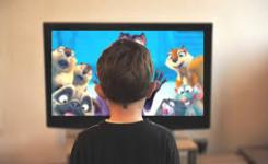 Een foto van een jongen die tv kijkt