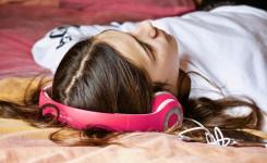 foto van een meisje dat muziek luistert