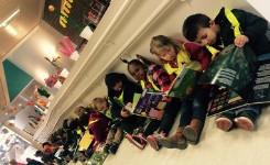 Een foto van kinderen die op klasbezoek zijn in de bib