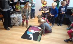 Kinderen die spelen met het leesbevorderingspakket 'ik voel een voet'