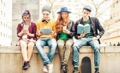 Lezende jongeren op een rij