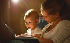 Moeder met baby kijken in peuterboekje