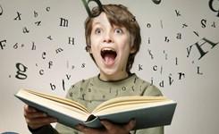 Kid is blij met een mooi boek