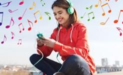 Vrouw beluistert muziek