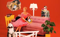 Vrouw zit in de zetel met een e-reader en man staat achter zetel met hoge stapel boeken in zijn hand.
